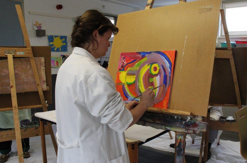 Jubileum woonvoorziening De Ark in Gouda gevierd met vrolijke kleuren en schilderijen